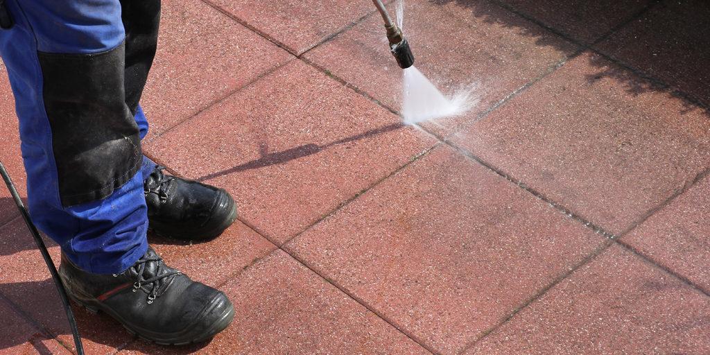 Imagen de limpieza de patio con chorro a presión | ¿Puedo usar Zotal en el césped? | Zotal