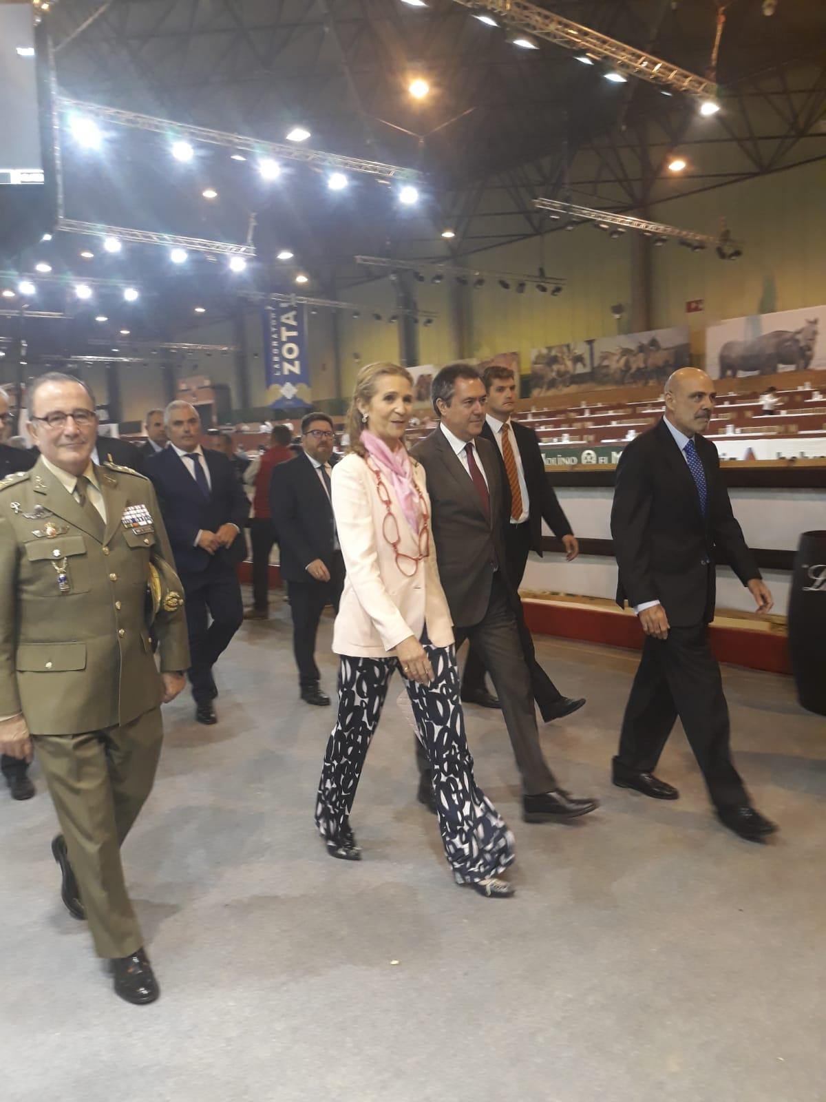 SAR Infanta Elena de Borbón con el cartel de Zotal en SICAB 2018